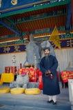 XIAN, CHINA - 6 DE SETEMBRO DE 2013: O padre de meia idade da taoista veste um chapéu Manchurian macio, preto e um profundo-azul fotos de stock