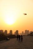 XIAN, CHINA - MAART 13 2016: Silhouet van de vlieger van het mensenspel bij C Royalty-vrije Stock Foto