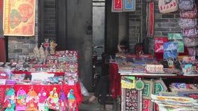 XIAN, CHINE - 26 MAI 2012 : Les personnes non identifi?es choisissent les souvenirs traditionnels ? la stalle ? la rue de achat d banque de vidéos