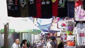 Xian Chiny, Maj, - 26, 2012: Niezidentyfikowani ludzie wybieraj? tradycyjne pami?tki przy kramem przy zakupy ulic? w Xian zbiory