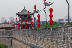 XIAN CHINY, MAJ, - 23, 2018: Turysty spacer na Południowej bramie Zdjęcia Stock