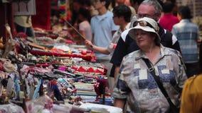 Xian, Cina - 26 maggio 2012: La gente non identificata sceglie i ricordi tradizionali alla stalla alla strada dei negozi in Xian video d archivio