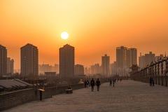 XIAN KINA - MARS 13 2016: Folket går på stadsväggen av Xi'an Arkivfoton