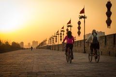 XIAN KINA - MARS 13 2016: Folket rider på stadsväggen av Xi'an I Royaltyfria Foton