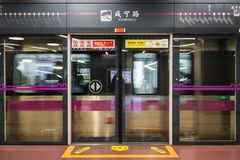 Xian Ning Lu Station met het Overgaan van Trein sloot Deuren in Xi \ ', C stock foto's