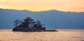 Xiao putuo wyspa na erhai jeziorze w Yunnan w dniu, z ampuły kopii przestrzenią, porcelana obrazy royalty free