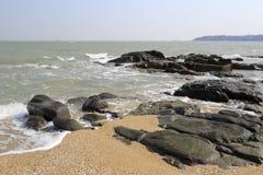 Xiaodeng wyspy kamienia piaska plaża fotografia stock