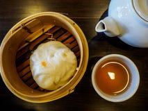 Xiaolongbao och en kopp te Arkivbild