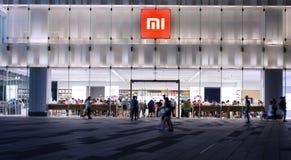 Xiaomi总店在晚上 免版税库存图片
