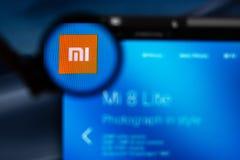 Xiaomi firmy logo widoczny przez powiększać - szkło obraz stock