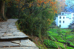 Xiaoqi-Dorf nahe dem Berg Stockbilder