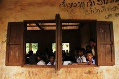 XIENG KHOUANG, LAOS - 09 SEP: Niet geïdentificeerde jonge geitjespost op camera op school Stock Foto's
