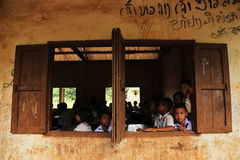 XIENG KHOUANG, LAOS - 9. SEPTEMBER: Nicht identifizierter Kinderbeitrag auf Kamera in der Schule Stockfotos