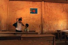 XIENG KHOUANG, LAOS - 9. SEPTEMBER: Nicht identifizierter Kinderschule heraus Lizenzfreie Stockbilder