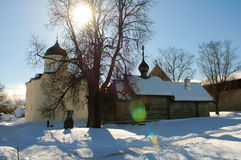 XII século, igreja antiga de Rússia na fortaleza Staraya Ladoga Fotografia de Stock