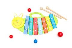 Xilófono de madera brillante del juguete y palillos de madera en un backgro blanco imagen de archivo