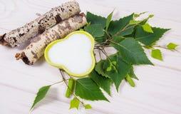 Xilitol - substituto del azúcar Azúcar del abedul en el fondo de madera blanco Foto de archivo libre de regalías