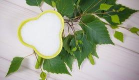 Xilitol - substituto del azúcar Azúcar del abedul en el fondo de madera blanco Imagenes de archivo
