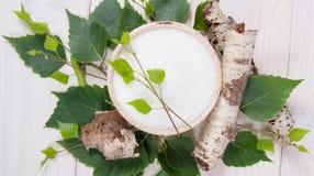 Xilitol - substituto del azúcar Azúcar del abedul en el fondo de madera blanco Fotografía de archivo
