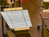 Xilofone do metal no foco seletivo da sala imagens de stock royalty free