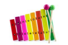 Xilofono multicolore con due bastoni di legno Fotografie Stock