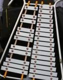 Xilophono moderno con las notas musicales grabadas en las barras de metal Fotografía de archivo libre de regalías