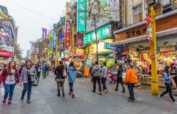 Ximending är källan av mode för Taiwan ` s, subkultur och japansk kultur Folket kan sett gå och att shoppa runt om den arkivfoto