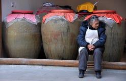 Xin Xing Zhen, Cina: Donna con le urne delle terraglie fotografia stock libera da diritti