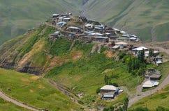 Xinaliq, Azerbeidzjan, een ver bergdorp in de Grotere waaier van de Kaukasus stock foto