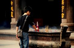 Xindu, Китай: Ручки ладана освещения человека Стоковые Фото
