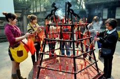 Xindu Kina: Tända rökelse på Bao Guang Buddhist Temple Royaltyfria Foton