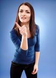 Xingamento da jovem mulher e dedo apontar fotografia de stock royalty free