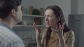 Xingamento de divórcio dos pares na cozinha doméstica filme