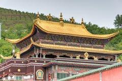 XINING, CHINA - 30 de junio de 2014: Monasterio de Kumbum una señal famosa foto de archivo