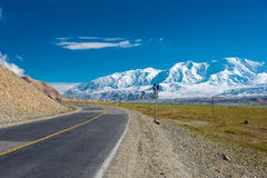 XINJIANG, CHINA - 21 de maio de 2015: Estrada de Karakoram terras famosas Fotos de Stock