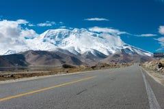 XINJIANG, CHINA - 21 de maio de 2015: Estrada de Karakoram terras famosas Fotos de Stock Royalty Free