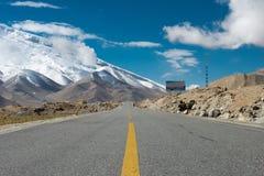 XINJIANG, CHINA - 21 de maio de 2015: Estrada de Karakoram terras famosas Foto de Stock Royalty Free