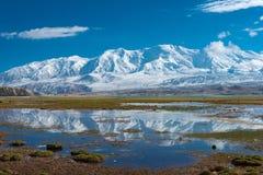 XINJIANG, CHINA - 21 de maio de 2015: Lago Karakul uma paisagem famosa Foto de Stock Royalty Free