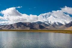 XINJIANG, CHINA - 21 de maio de 2015: Lago Karakul uma paisagem famosa Imagens de Stock Royalty Free