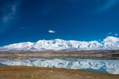 XINJIANG, CHINA - 21 de maio de 2015: Lago Karakul uma paisagem famosa Imagem de Stock Royalty Free