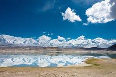 XINJIANG, CHINA - 21 de maio de 2015: Lago Karakul uma paisagem famosa Fotografia de Stock Royalty Free