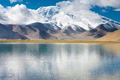 XINJIANG, CHINA - 21 de maio de 2015: Lago Karakul uma paisagem famosa Imagens de Stock