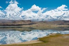 XINJIANG, CHINA - 21 de maio de 2015: Lago Karakul uma paisagem famosa Fotos de Stock