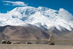 XINJIANG, CHINA - 21 de maio de 2015: Monumento do lago Karakul no Karakul Imagem de Stock