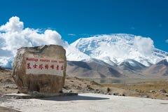 XINJIANG, CHINA - 21 de maio de 2015: Mustagh Ata Mountain Monument em Imagem de Stock Royalty Free