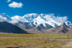 XINJIANG, CHINA - 21 de maio de 2015: Mustagh Ata Mountain no Karakul L Foto de Stock
