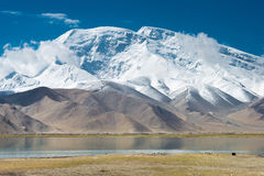 XINJIANG, CHINA - 21 de maio de 2015: Mustagh Ata Mountain no Karakul L Fotos de Stock Royalty Free