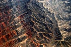 Xinjiang, China, hierbas del otoño y ciudad imagenes de archivo
