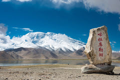 XINJIANG, CHINA - 21. Mai 2015: Karakul See-Monument am Karakul Lizenzfreie Stockbilder