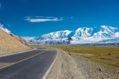 XINJIANG, CHINA - Mei 21 2015: Karakoramweg beroemd land stock foto's